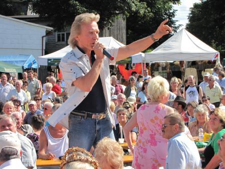 Kräutermarkt – wie immer sorgt auch ein Stargast beim Festprogramm für Stimmung