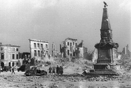 zerstörter Martplatz 1945