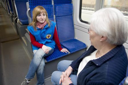 Ältere und jüngere Frau bei einer Begleitfahrt