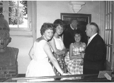 Museumsleiter Karl Heymann mit seinen Helferinnen anlässlich des 50-jährigen Bestehens des Heimatmuseums am 3.September 1961