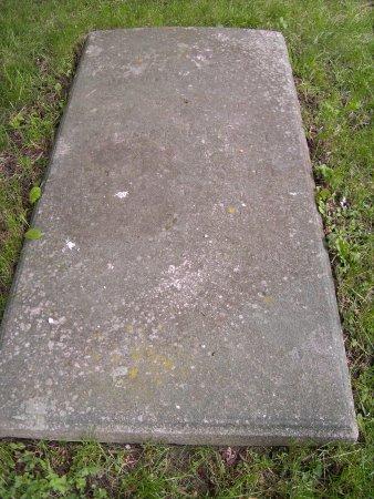 Grabplatte bei der Kirche Schorrentin