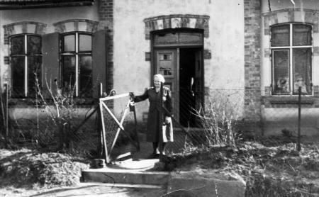 Martha Oehlkers vor dem Haus Nr. 3 (1946)
