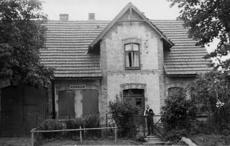 Haus Oehlkers mit Herrn Liebenow davor (ca. 1953 Konsum und Bäckerei)