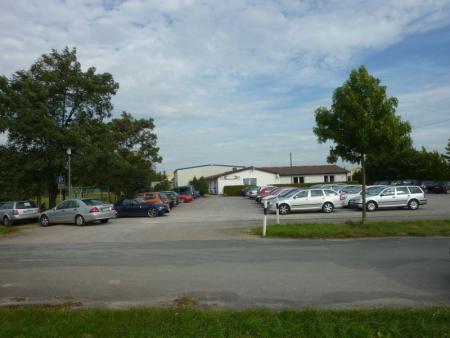Sportheim mit vollem Parkplatz