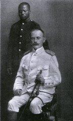 Carl Peters und sein Diener Ramassan 1894