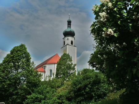 Pfarrkirche St. Johannes Moosbach im Frühjahr.JPG
