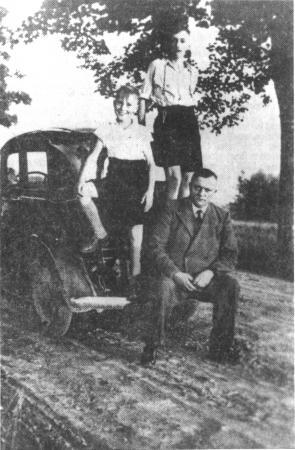 1936: Vater Rademacher hat mit seinem Opel P 4 eine Pause auf der Landtour eingelegt