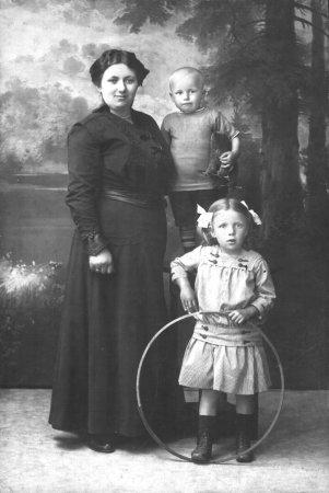 Käthe Glasow, geb. Rothenhäuser mit ihren Kindern Gertrude und Karl-Heinrich (etwa 1918)