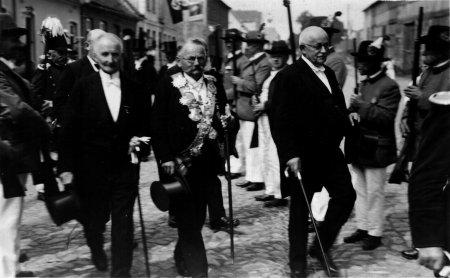 Schützenfest, vorne von links: Emil Rothenhäuser, August Kähler und Losehand