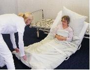 Samt Matratze werden die Bewohner aus dem Bett geholt.