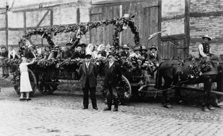 Die Schlakendorfer Gutsleute zum Erntedankfest in Neukalen 1937