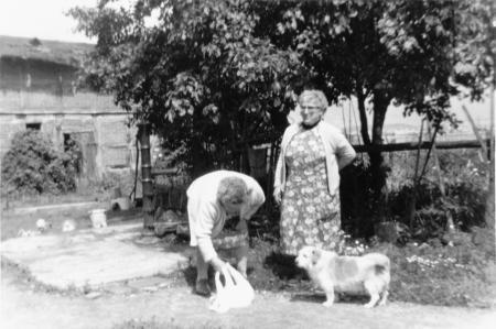 An der Pumpe (rechts Frau Bakema)