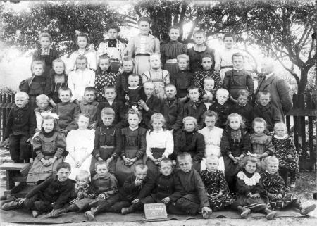 Schulklasse in Schlakendorf 1911 mit dem Lehrer Karl Anders