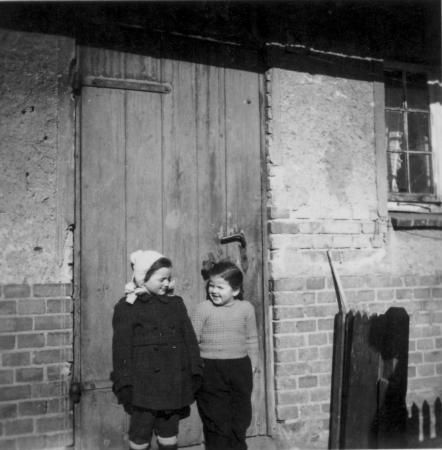 rechts: Johanna Hilbricht, etwa 1950