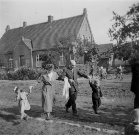 Vor dem Schulgebäude, um 1956