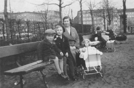 Gertrud Nentwig mit den Kindern Dieter und Hannchen, Stiegauerplatz in Breslau um 1940