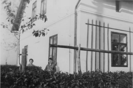 Die Mutter von Luzia Giehl, geb. Heinisch (links) vor ihrem Haus in Wiese-gräflich
