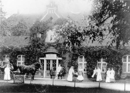 Das Herrenhaus in Schönkamp um 1930. Über dem Eingang steht: