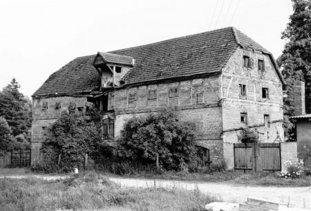 Kornspeicher östlich des Gutshauses. Er wurde 1991 abgerissen (Aufnahme von 1988).