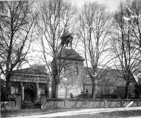 Die Grabkapelle der Familie Viereck und die Kirche in Schorrentin (vor 1940)