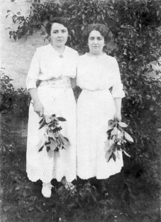 Links: Erna Schmidt, 1918