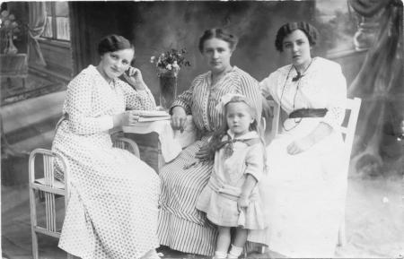 Links: Lucie Schmidt, geb. Schefoth, rechts: Erna Schmidt, 1915