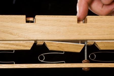 Schublade einer Springlade mit geöffnetem Ventil