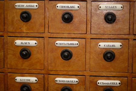 Schubladen im Kolonialwarenladen