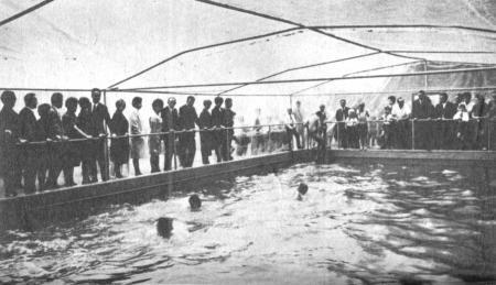 Schwimmbecken der Schule (2)
