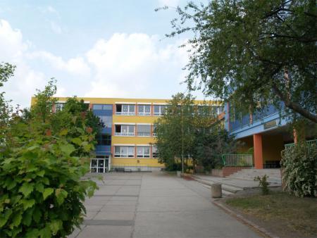 Schule von vorn 2.JPG