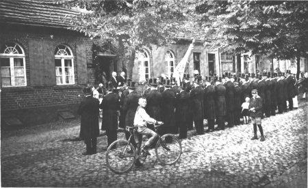Abholung des Fähnrichs Hartwig Fischer durch die Schützenzunft, 1927 (1)