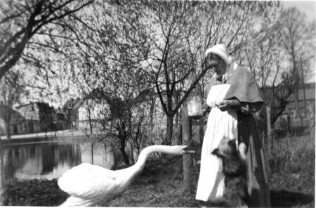 Die Krankenhausschwestern Katrin und Agnes beim Füttern der Schwäne um 1940 (1)