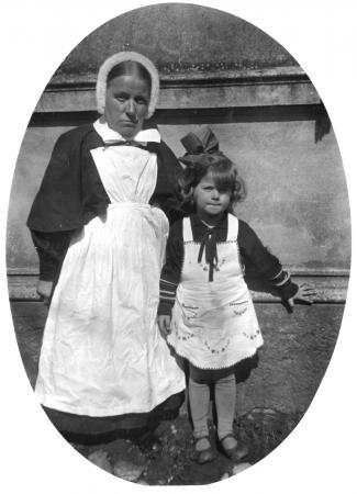 Die Leiterin der Kleinkinderschule Marie Licht mit Ursula Ziegler