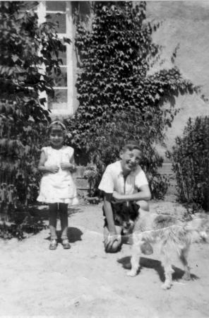 Alexander Kneier mit seiner Cousine Irmi vor dem Haus im Waldwinkel (etwa 1938) (2)