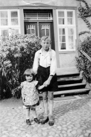Alexander Kneier mit seiner Cousine Irmi vor dem Haus im Waldwinkel (etwa 1938) (1)