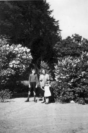 Alexander Kneier, seine Tante Grete und die Cousine Irmi im Waldwinkel (etwa 1938)