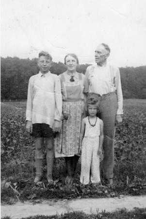 Franz und Maria Kneier mit Sohn Alexander und dessen Coisine Irmi (1938)