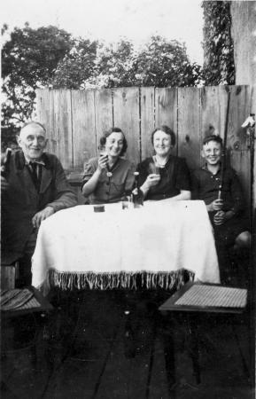 Von links: Franz Kneier, Tante Gretel, Maria Kneier und Alexander Kneier