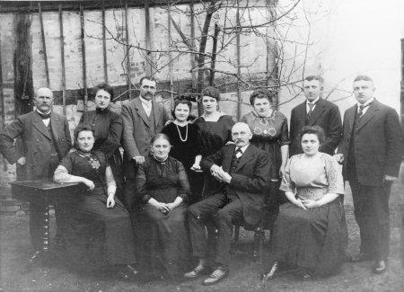 Auguste und Heinrich Sonntag (in der Mitte sitzend) mit Familienangehörigen, 1921