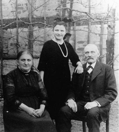 In der Mitte: Enkeltochter Marie, 1921