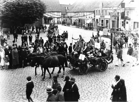 Wagen der Sportler beim Ummarsch zum Heimatfest im Juli 1931
