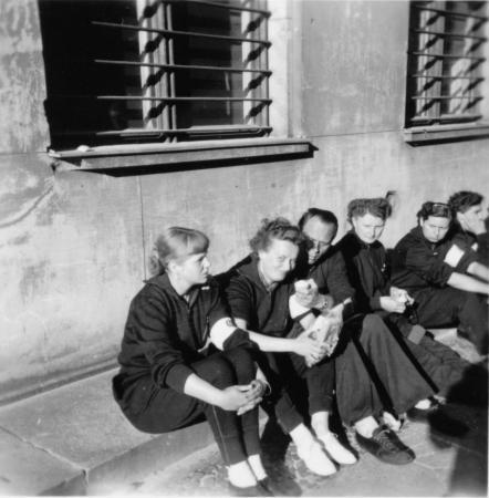 Margarete Albrecht im Kreise ihrer Mitstudenten in Leipzig 1954 (2. von rechts)