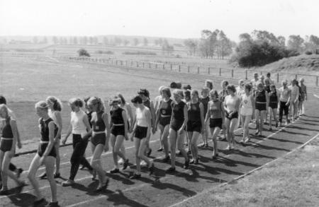Einmarsch der Mädchen zum Sportfest in Stavenhagen