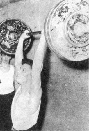 Mühelos bewältigt Fritz-Gerhard Berendt 100 kg im Stoßen