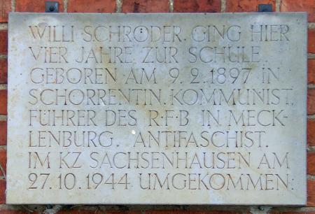 Tafel am ehemaligen Schulgebäude in Schorrentin