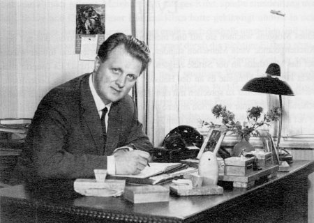 Pastor Walter Theuerkauf am Schreibtisch