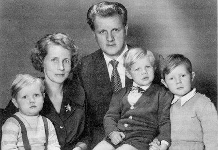 Pastor Walter Theuerkauf mit seiner Frau und den drei Kindern