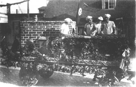 Bäcker Specht auf einem von der Bäckerzunft gestalteten Wagen beim Heimatfest 1931