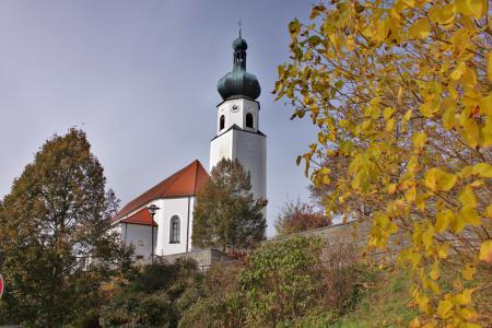 Unsere Pfarrkirche im Herbst.JPG