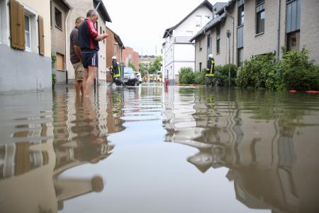 Die gesamte Straße ist überflutet (Quelle: Miklos Laubert www.bf-koeln-einsaetze.de)
